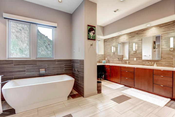 territorial-santa-fe-style-paradise-valley-home-on-top-of-camelback-mountain-5