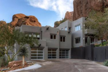 territorial-santa-fe-style-paradise-valley-home-on-top-of-camelback-mountain